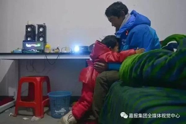 Loạt ảnh người bố đơn thân hàng ngày chở theo con gái đi ship đồ khiến cộng đồng mạng xúc động-13