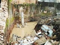 Bố đào mương nước, tường bao đổ sập con gái 8 tuổi tử vong