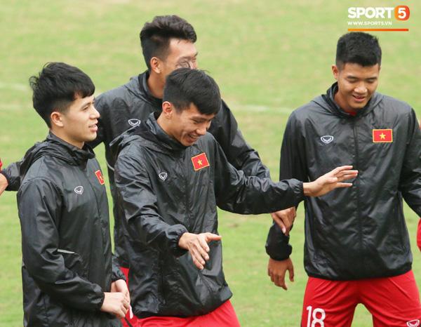 U23 Việt Nam cười giòn giã, đón vị khách đặc biệt trên sân tập-1