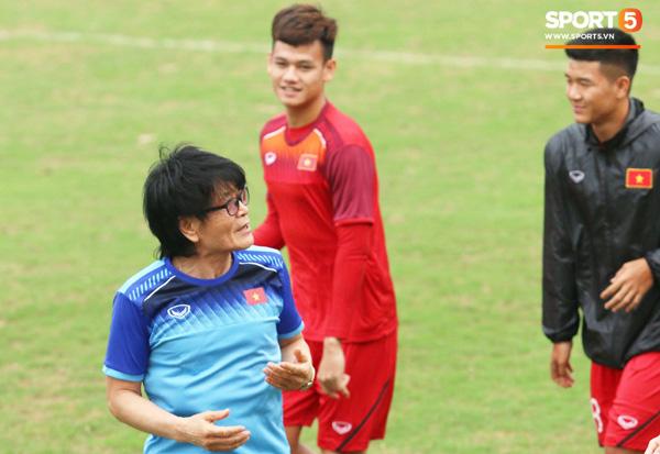 U23 Việt Nam cười giòn giã, đón vị khách đặc biệt trên sân tập-2