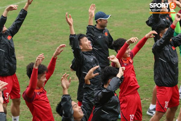 U23 Việt Nam cười giòn giã, đón vị khách đặc biệt trên sân tập-3