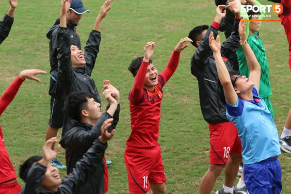 U23 Việt Nam cười giòn giã, đón vị khách đặc biệt trên sân tập-4