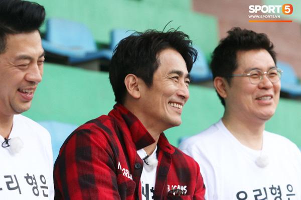 U23 Việt Nam cười giòn giã, đón vị khách đặc biệt trên sân tập-11