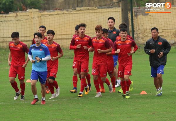 U23 Việt Nam cười giòn giã, đón vị khách đặc biệt trên sân tập-12