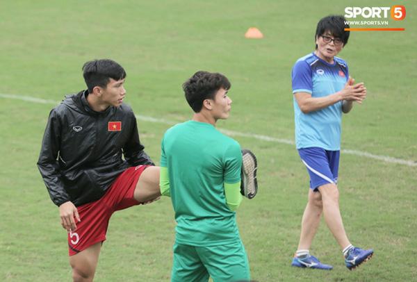 U23 Việt Nam cười giòn giã, đón vị khách đặc biệt trên sân tập-6