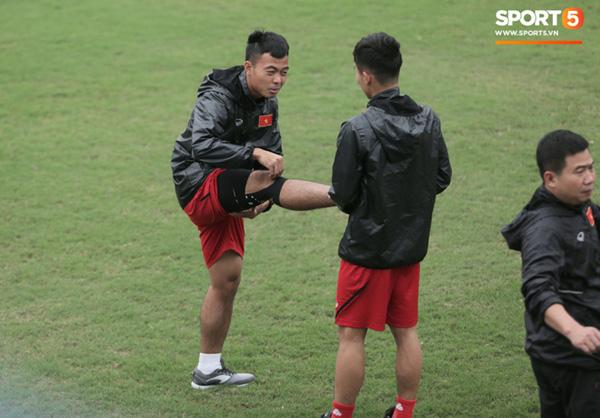 U23 Việt Nam cười giòn giã, đón vị khách đặc biệt trên sân tập-7