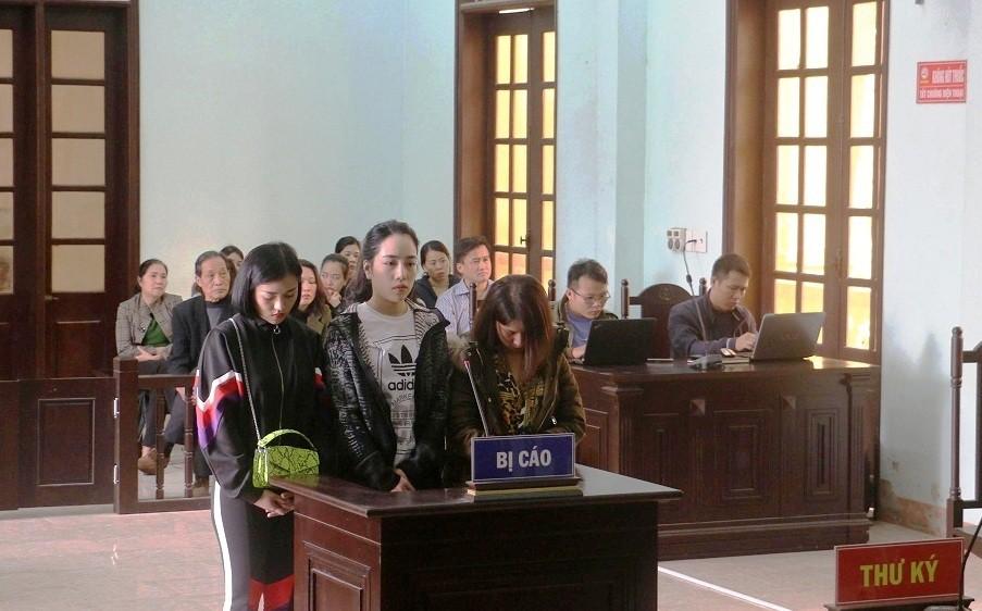 Vụ lột đồ đánh ghen, bôi ớt bột lên người tình địch ở Thanh Hoá: 3 người phụ nữ bị tuyên phạt 45 tháng cải tạo-1