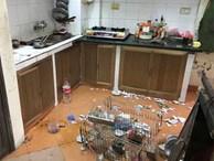 Nhìn căn bếp như hiện trường một vụ đánh nhau kinh hoàng, mẹ trẻ ngẩn ngơ khi phát hiện ra 'thủ phạm'