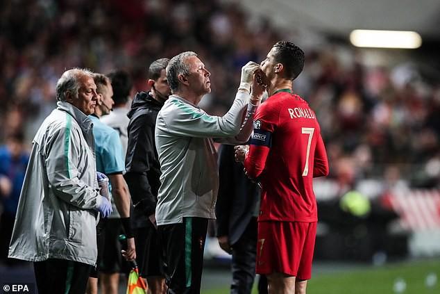Chảy máu mũi và dính chấn thương đùi, Ronaldo buồn bã rời sân mang tới lo lắng tột cùng cho fan-2