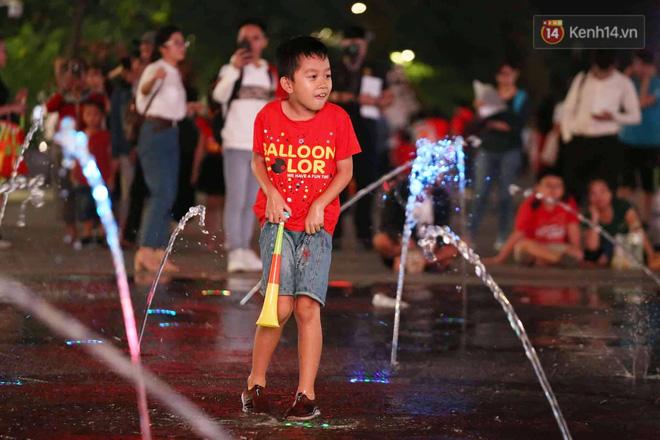 Không thể tin nổi: Thái Lan bị thủng lưới 4 lần, CĐV Việt Nam ăn mừng không kịp thở!-31