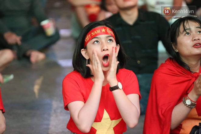 Không thể tin nổi: Thái Lan bị thủng lưới 4 lần, CĐV Việt Nam ăn mừng không kịp thở!-18