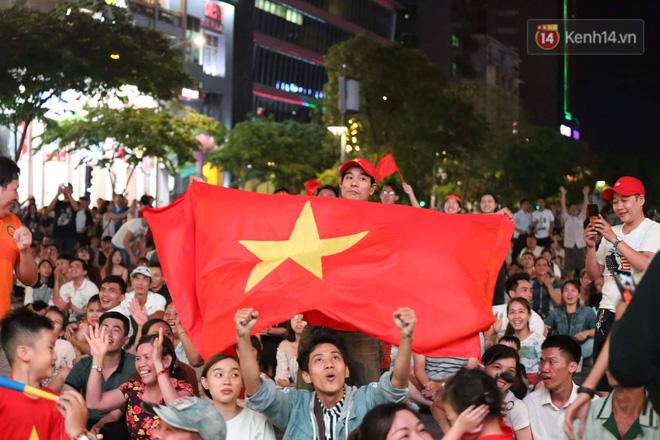 Không thể tin nổi: Thái Lan bị thủng lưới 4 lần, CĐV Việt Nam ăn mừng không kịp thở!-15