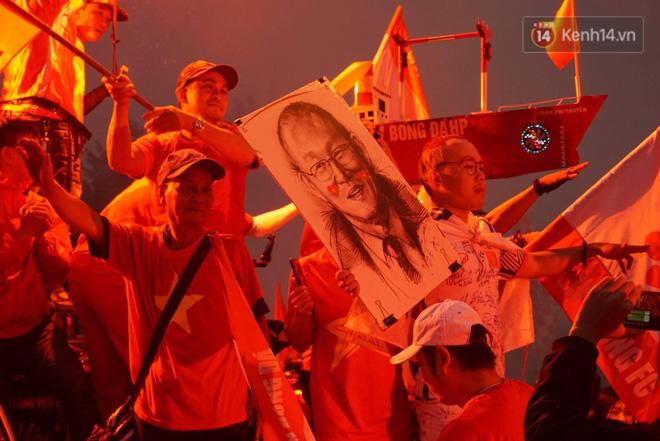 Không thể tin nổi: Thái Lan bị thủng lưới 4 lần, CĐV Việt Nam ăn mừng không kịp thở!-37