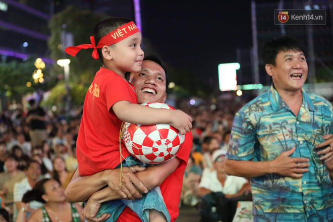 Không thể tin nổi: Thái Lan bị thủng lưới 4 lần, CĐV Việt Nam ăn mừng không kịp thở!-9