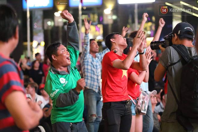 Không thể tin nổi: Thái Lan bị thủng lưới 4 lần, CĐV Việt Nam ăn mừng không kịp thở!-11