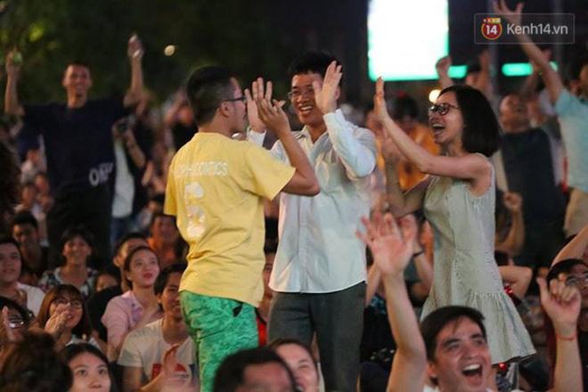 Không thể tin nổi: Thái Lan bị thủng lưới 4 lần, CĐV Việt Nam ăn mừng không kịp thở!-13