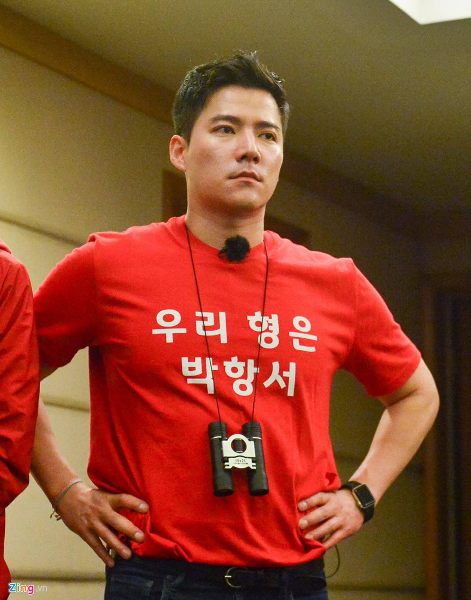 Người hùng World Cup 2002 cưỡng hôn HLV Park Hang-seo sau đại thắng-7