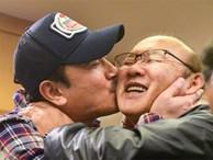 Người hùng World Cup 2002 'cưỡng hôn' HLV Park Hang-seo sau đại thắng