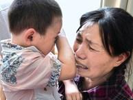 Bé trai 1 tuổi tắm xong đột ngột bị mù, đưa đến bệnh viện thì bác sĩ xác định nguyên nhân đến từ sai lầm của bà nội