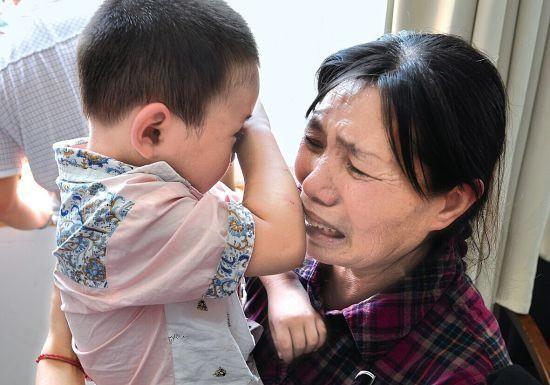 Bé trai 1 tuổi tắm xong đột ngột bị mù, đưa đến bệnh viện thì bác sĩ xác định nguyên nhân đến từ sai lầm của bà nội-2
