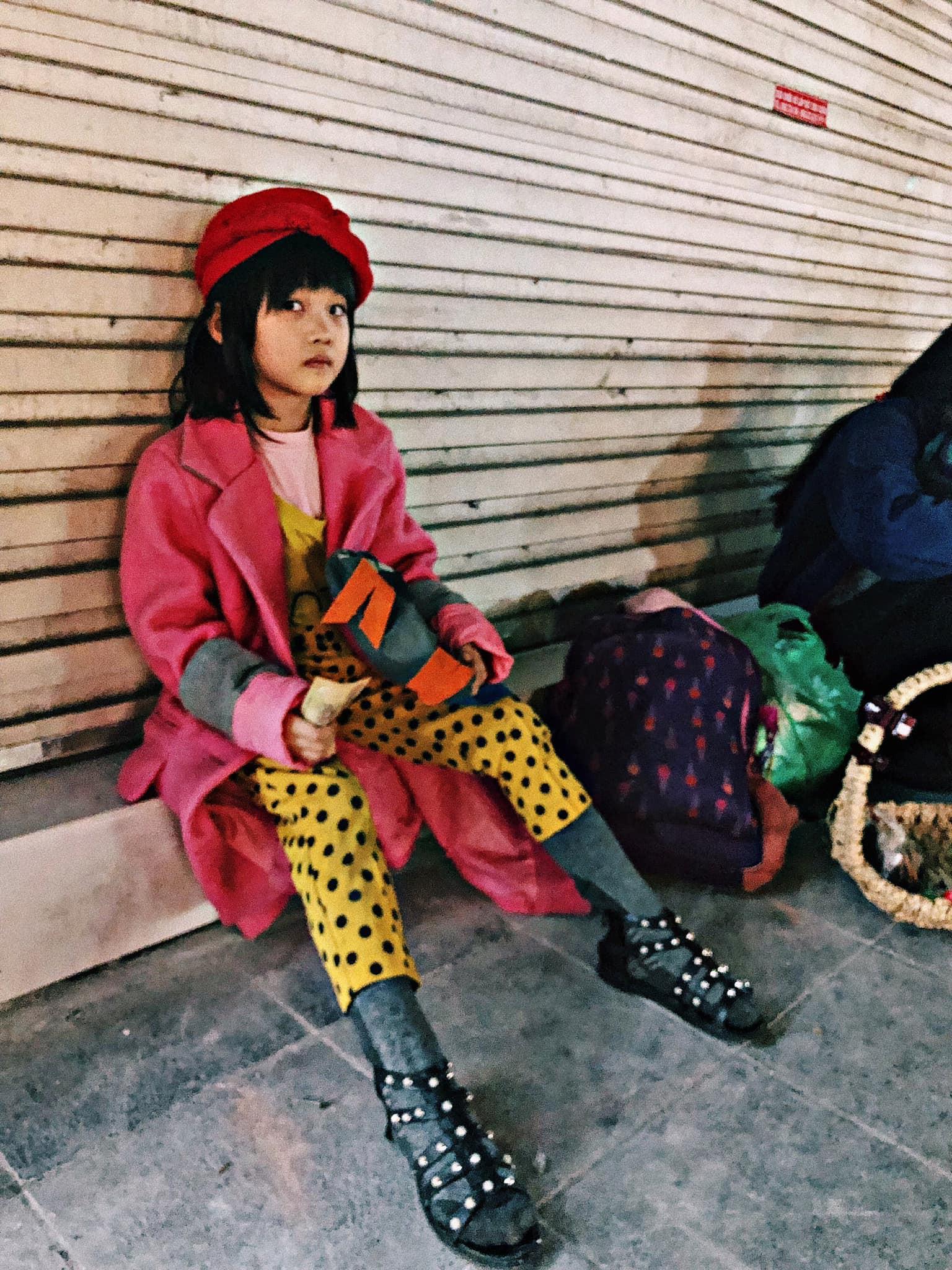 Cô bé vô gia cư 6 tuổi ở Hà Nội gây chú ý với thần thái cùng cách phối quần áo cũ cực chất-3
