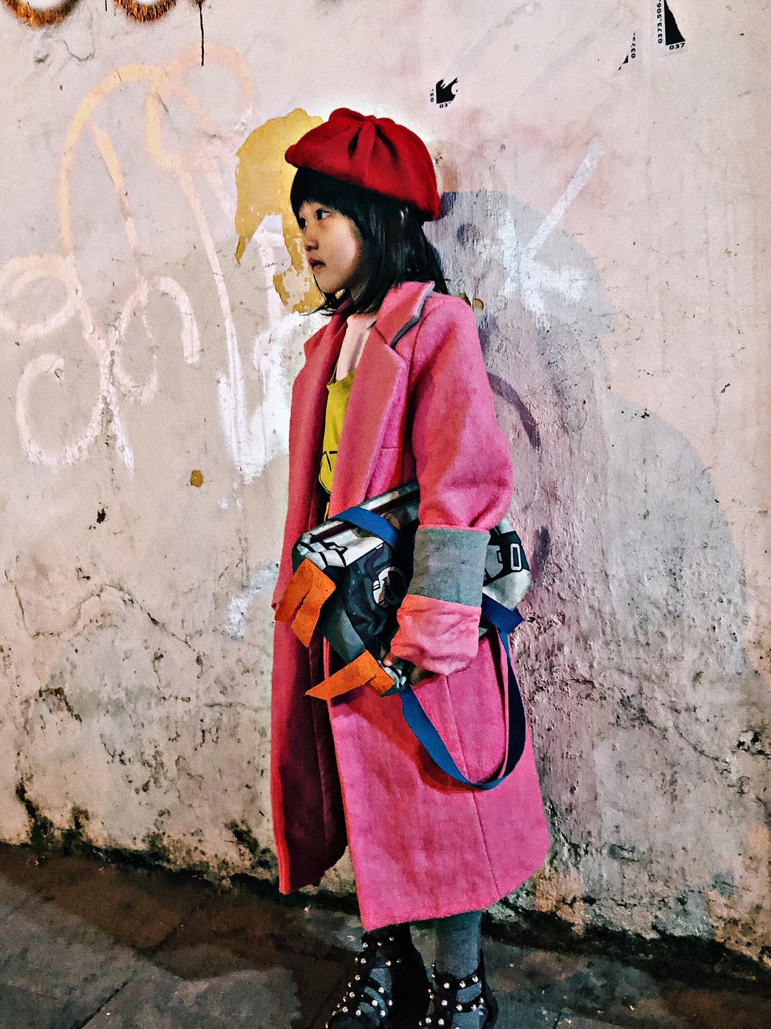 Cô bé vô gia cư 6 tuổi ở Hà Nội gây chú ý với thần thái cùng cách phối quần áo cũ cực chất-4