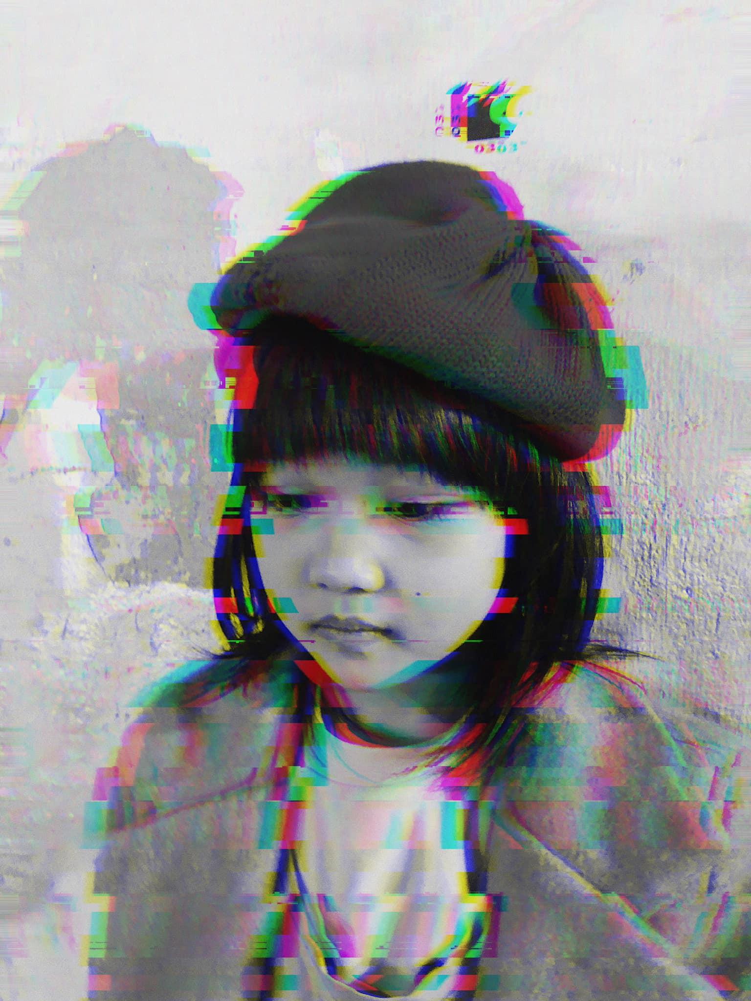 Cô bé vô gia cư 6 tuổi ở Hà Nội gây chú ý với thần thái cùng cách phối quần áo cũ cực chất-5