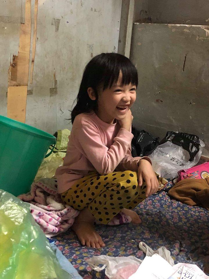 Cô bé vô gia cư 6 tuổi ở Hà Nội gây chú ý với thần thái cùng cách phối quần áo cũ cực chất-6