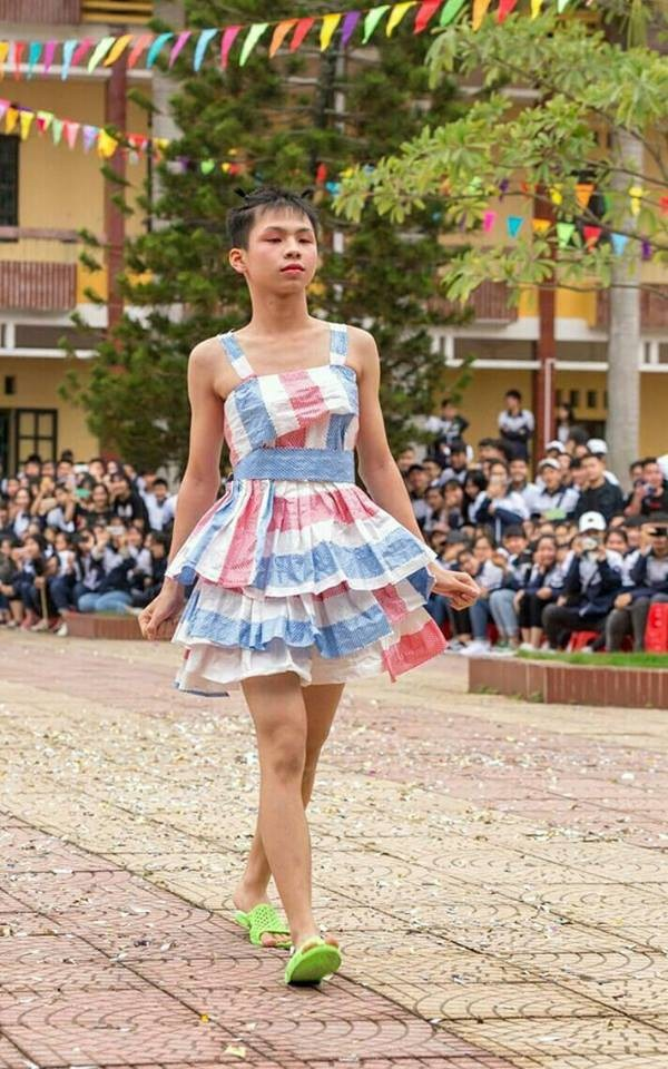 Nam sinh lớp người ta: Mặc váy tự chế siêu sexy trình diễn catwalk, mua vui cho hội chị em-1