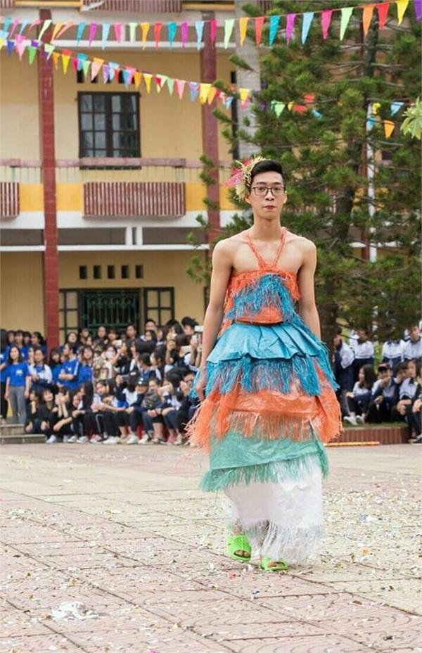 Nam sinh lớp người ta: Mặc váy tự chế siêu sexy trình diễn catwalk, mua vui cho hội chị em-4