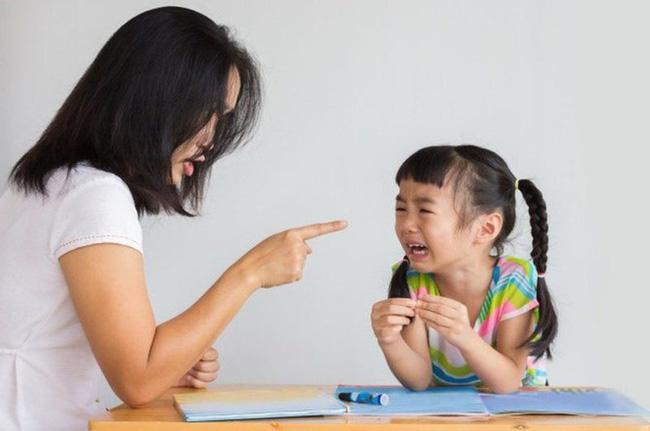 Những quan điểm nuôi dạy con sai lầm và cổ lỗ sĩ nhưng rất nhiều cha mẹ vẫn mắc phải-1