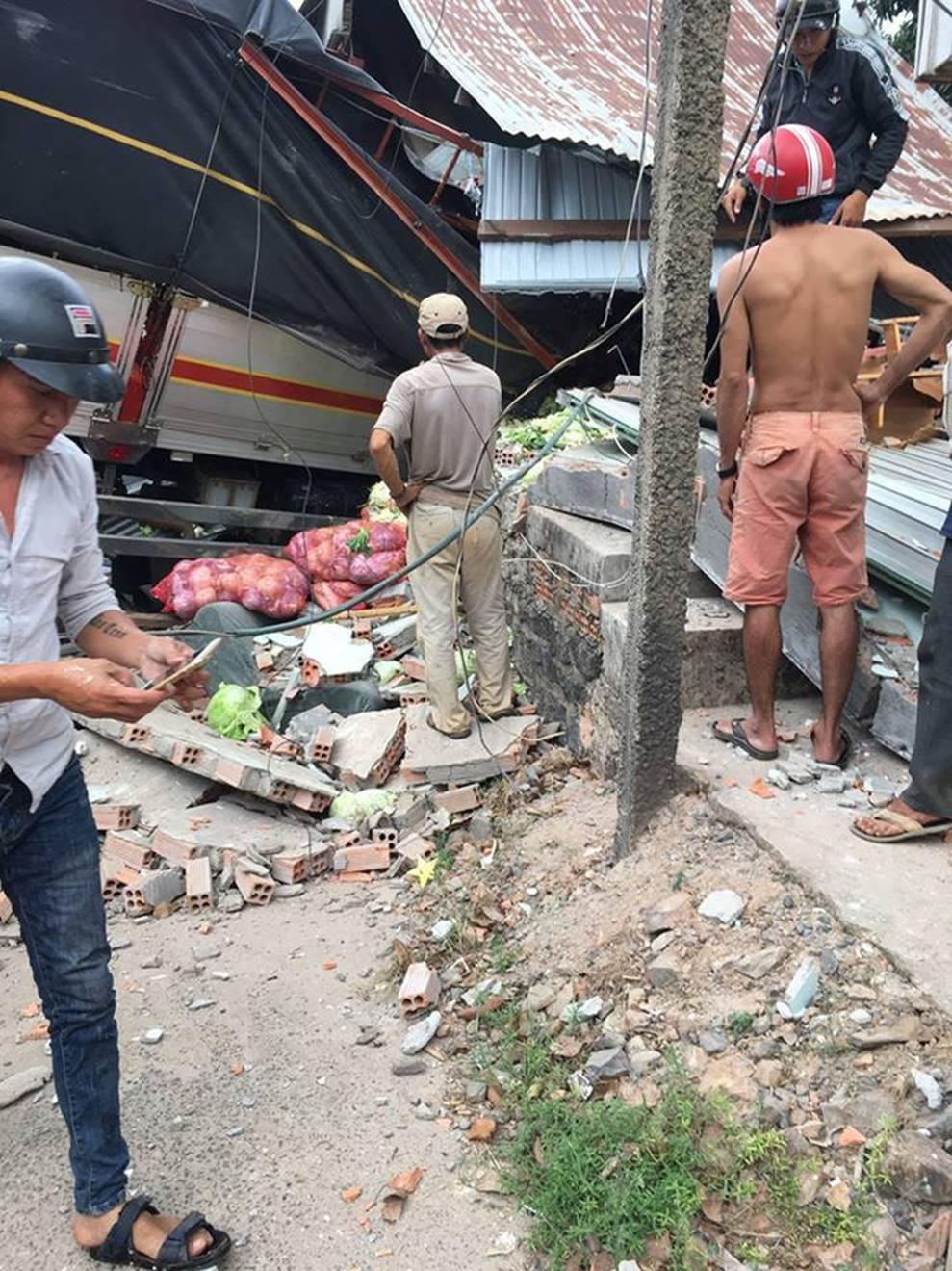 Clip vụ tai nạn kinh hoàng chiều thứ 6, xe tải mất lái tông sập 2 ngôi nhà bên đường-1