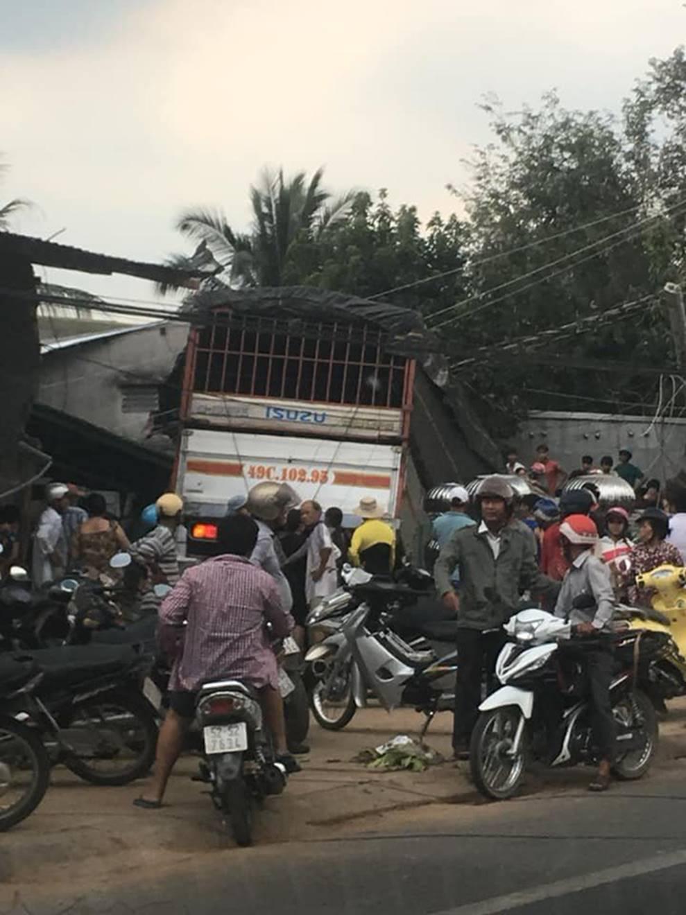 Clip vụ tai nạn kinh hoàng chiều thứ 6, xe tải mất lái tông sập 2 ngôi nhà bên đường-2