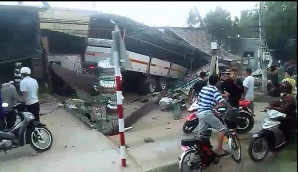 Clip vụ tai nạn kinh hoàng chiều thứ 6, xe tải mất lái tông sập 2 ngôi nhà bên đường-3