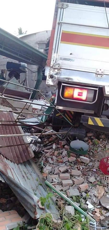 Clip vụ tai nạn kinh hoàng chiều thứ 6, xe tải mất lái tông sập 2 ngôi nhà bên đường-5