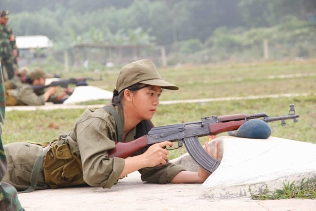 Nữ sinh Quảng Trị bật khóc nức nở sau khi bắn đạn thật-5