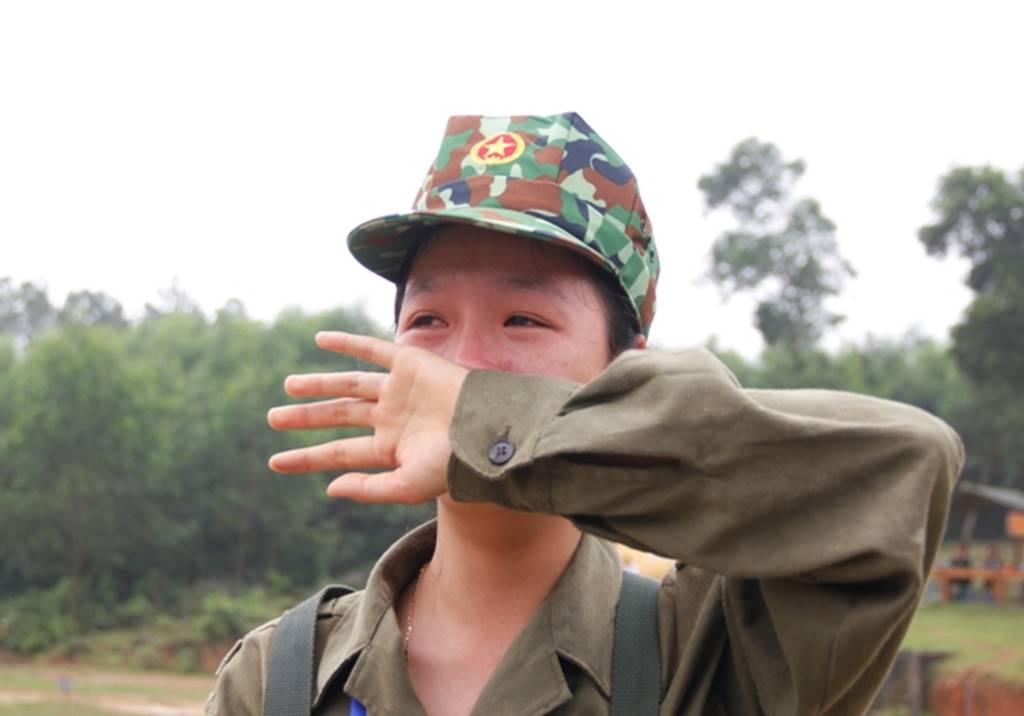 Nữ sinh Quảng Trị bật khóc nức nở sau khi bắn đạn thật-14
