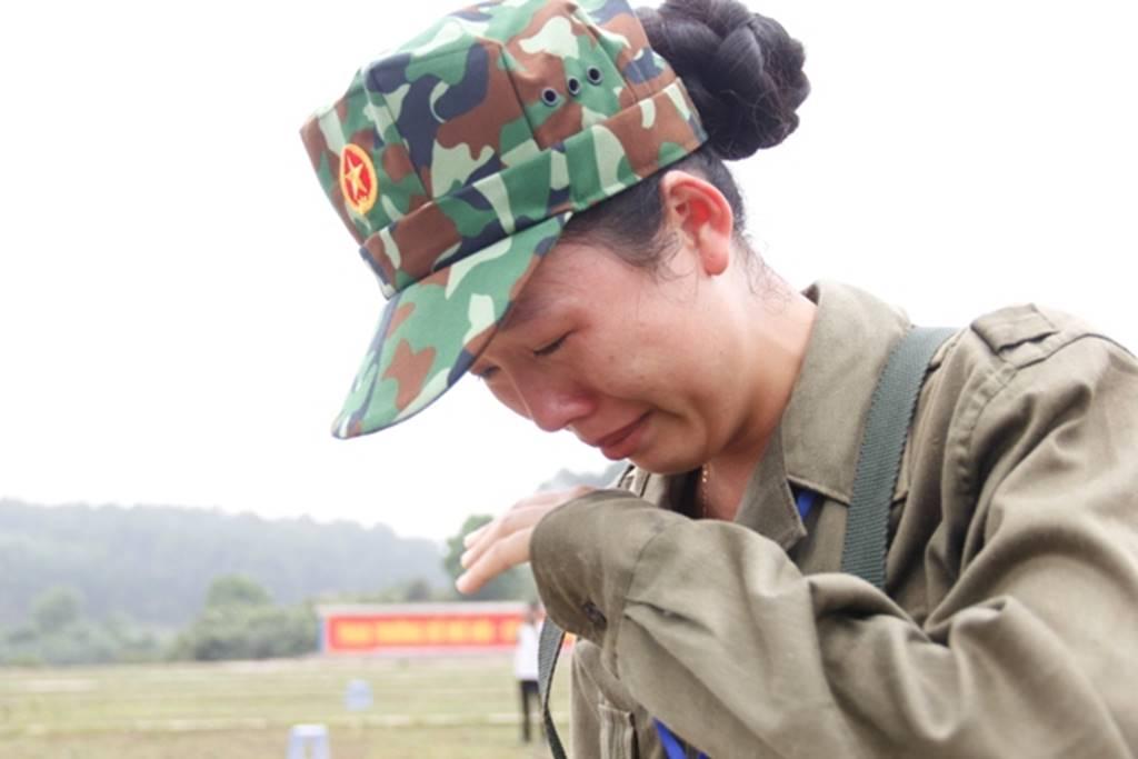 Nữ sinh Quảng Trị bật khóc nức nở sau khi bắn đạn thật-15
