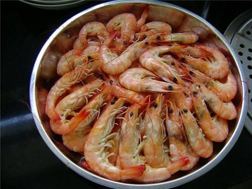 Chỉ luộc tôm với nước thì thật thiếu sót, thêm gia vị này, tôm vừa hồng đỏ vừa thơm ngon-1