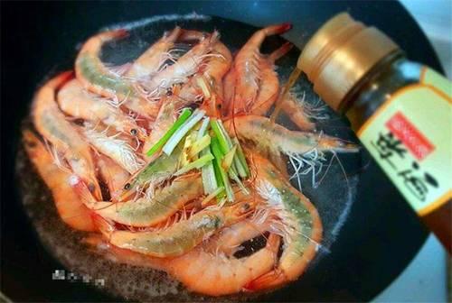 Chỉ luộc tôm với nước thì thật thiếu sót, thêm gia vị này, tôm vừa hồng đỏ vừa thơm ngon-2