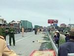 Xe 7 chỗ lao vào đội khiêng quan tài, 2 người chết, nhiều người bị thương-6