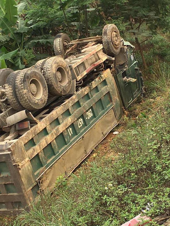 Kinh hoàng xe con đấu đầu với xe tải, tài xế tử vong tại chỗ trên đường Hòa Lạc - Hòa Bình-1