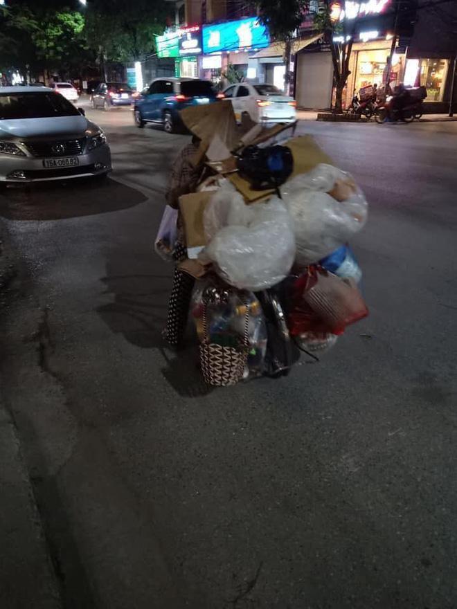Mẹ bầu vất vả địu con đi nhặt rác kiếm sống và câu nói khiến nhiều người xấu hổ tự nhìn lại-1