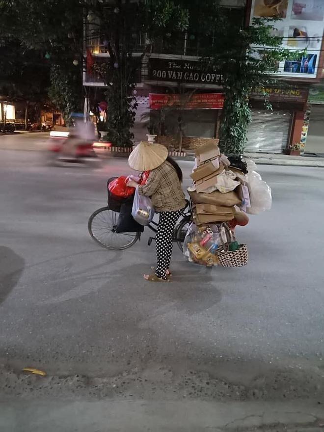 Mẹ bầu vất vả địu con đi nhặt rác kiếm sống và câu nói khiến nhiều người xấu hổ tự nhìn lại-2