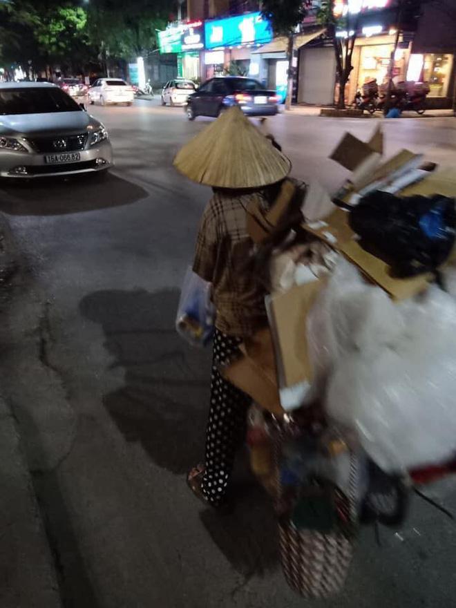 Mẹ bầu vất vả địu con đi nhặt rác kiếm sống và câu nói khiến nhiều người xấu hổ tự nhìn lại-3