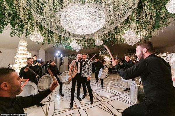 Siêu đám cưới 23 tỷ toàn kim cương và pha lê, danh tính cô dâu chú rể càng bất ngờ-4