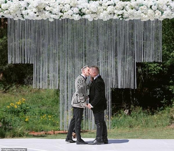 Siêu đám cưới 23 tỷ toàn kim cương và pha lê, danh tính cô dâu chú rể càng bất ngờ-8