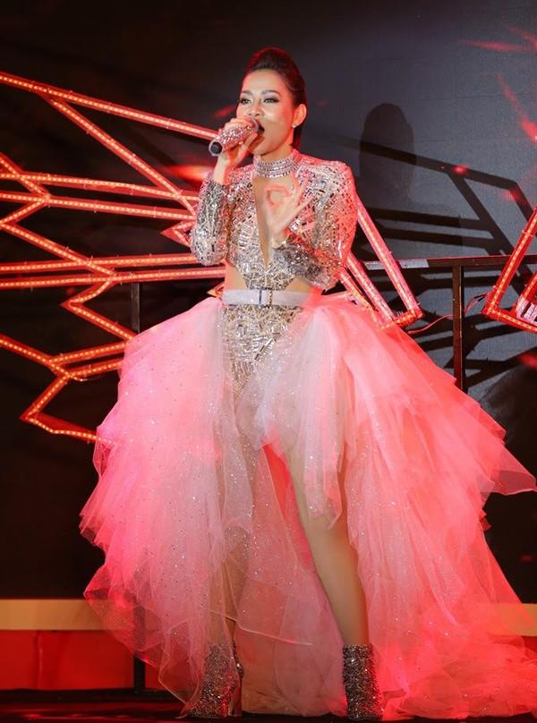 Phượng Chanel mặc quần đùi dự sự kiện - Diva Hồng Nhung rườm rà vì chiếc đầm khủng-2
