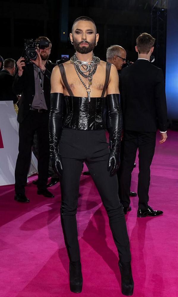 Phượng Chanel mặc quần đùi dự sự kiện - Diva Hồng Nhung rườm rà vì chiếc đầm khủng-9