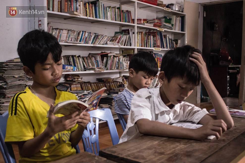 Chuyện về người thầy liệt tay chân, viết chữ bằng miệng vẫn dạy học cho trẻ em nghèo: Tôi không đi chữa bệnh vì có xu nào dành hết cho con ăn học-9